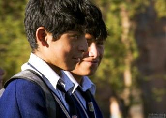 Перуанские мальчики в школьной форме.