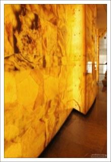Желтый оникс как бы светится изнутри. Мариинский театр.