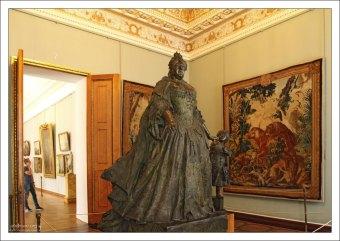 Бронзовая скульптура Анны Иоанновны с арапчонком. (К. Б. Растрелли, 1741). Государственный Русский музей.