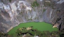 Регулярные дожди постепенно размывают минеральные отложения на стенках кратера, которые, стекая в озеро, усиливают его цвет.