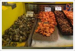 Улитки и креветки на городском рынке Руана.