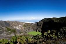 """Официальное название кратера, в котром разместилось зеленое озеро - El Principal (""""Главный""""). Он почти правильной, круглой формы, диаметром 1050 м и глубиной 300 м."""