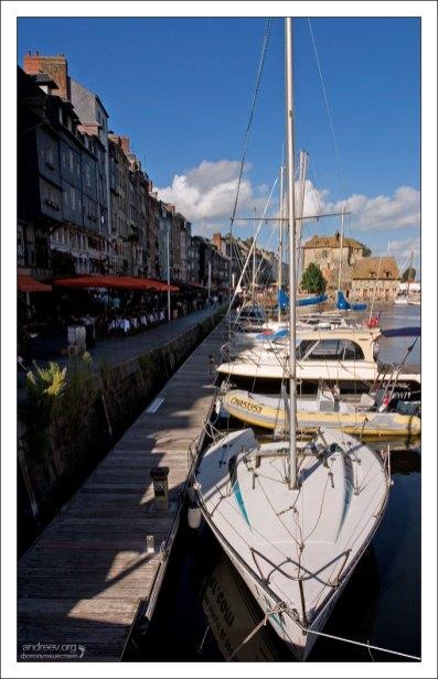 Стоянка яхт в порту города Honfleur.
