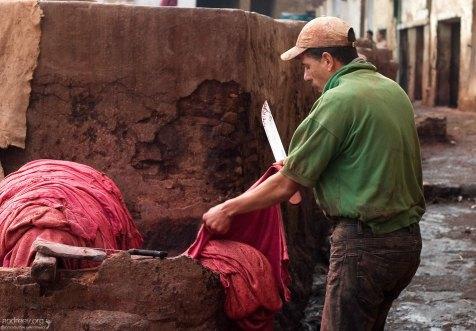 После замачивания, шкуры оказываются в руках у подмастерьев, которые вручную избавляются от остатков шерсти. На их языке это называется «брить товар». Кожевенный кооператив в медине.