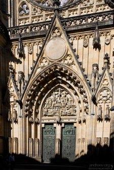 Бронзовые ворота собора Св. Вита.