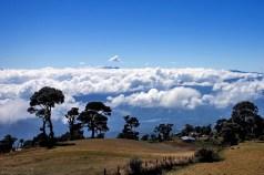 Дорога на вулкан Иразу постепенно забирается выше облаков.