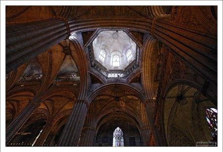 Собор Святого Креста построен в готическом стиле с элементами неоготики.