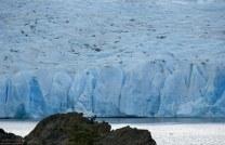 Люди на фоне ледника, размером с микробиков.