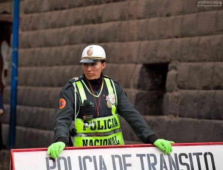 Женщина-полицейский по фамилии Lastra.