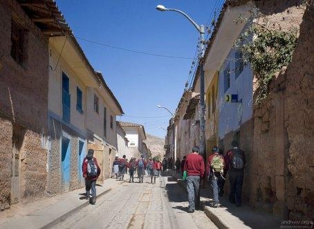 Школьники расходятся после занятий в деревне Maras.