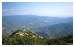 Вид на долину у подножия горы.