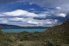Финальные метры тропы между двух озер - Grey и Pehoe.
