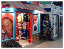 Сувенирные магазины в порту Бриджтауна.