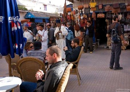 Уличные музыканты развлекают туристов.