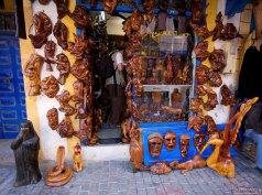 Сувенирный магазин с изделиями из дерева.
