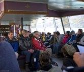 Уставшие туристы на пароме через озеро Pehoe.