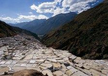 Резервуары для сбора соли, спускающиеся в долину.