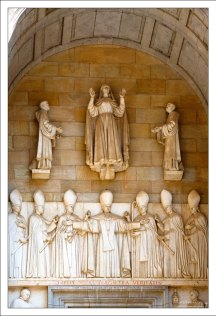 Вход в базилику Святой Марии.