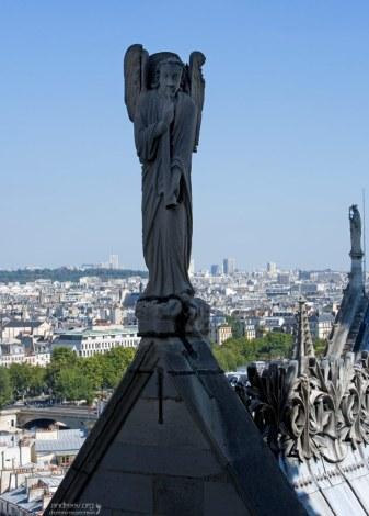 Ангел на вершине Собора Парижской Богоматери.