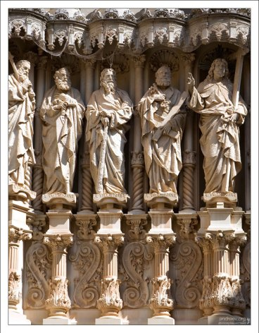 Статуи на западном фасаде базилики.