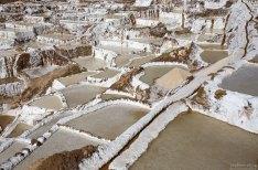 Узкие перемычки-тропинки между соляными террасами.
