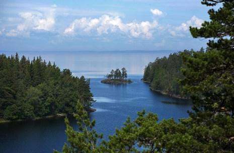 Маленький островок, отделяющий Малую Никоновскую бухту от Ладожского озера.