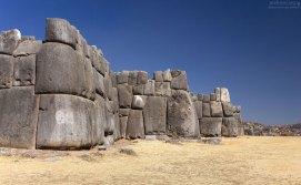 Стены из огромных валунов построены используя только наклонную плоскость. Церемониальный комплекс Саксайуаман.