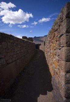 Проход между стенами домов цитадели Каллакаса. Руины Pisac.