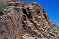 Слоистая структура скал в горной гряде Chisos Mountains.