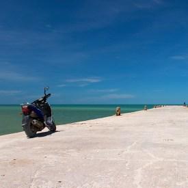 Мотоцикл на пирсе и Мексиканский залив.