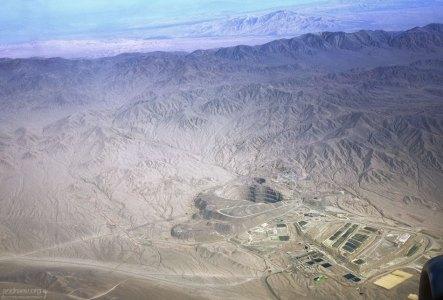 Одна из шахт по добычи меди в северной части Чили. Вид из иллюминатора самолета.