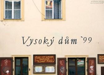 """Вывеска ресторана """"Высокий дом"""", специализирующегося на традиционной чешской кухне."""