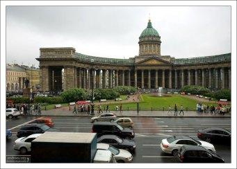 Вид на Казанский собор из кафе «Зингеръ» в Доме Книги.