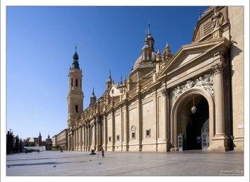 Базилика-де-Нуэстра-Сеньора-дель-Пилар - один из самых больших храмов Испании. Сарагоса, Испания.