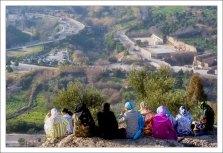 Марокканские женщины отдыхают с видом на город.