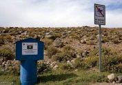 Знак, запрещающий купаться в канале посреди пустыни.