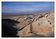 Шоссе на Сан-Педро-де-Атакама с высоты одной из дюн в Долине Луны.