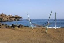 """Гамаки на берегу тихого залива около гостиницы """"Hotel Puerto Inca""""."""