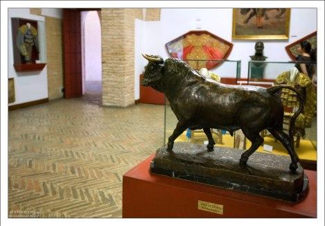 Бронзовая фигурка быка в музее корриды.