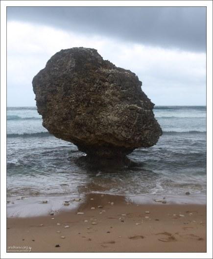 За булыжником - открытый Атлантический океан. Пляж Батшеба.