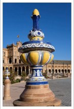 Яркие вазы с вычурным декором. Площадь Испании.