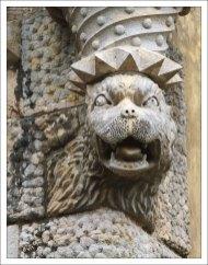 Львы в коронах на стенах Дворца Пена как символ королевской власти.