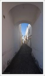 "Типичная для ""белой деревушки"" улочка. Аркос-де-ла-Фронтера, Андалузия, Испания."