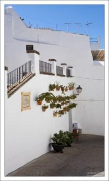Белый цвет стен спасает от жары. Аркос-де-ла-Фронтера, Андалузия, Испания.