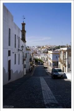 Спуск к современной части города. Аркос-де-ла-Фронтера, Андалузия, Испания.