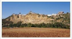 Череда белоснежных домиков, повторяющих рельеф скалы. Аркос-де-ла-Фронтера, Андалузия, Испания.