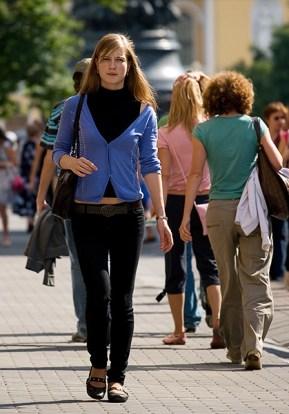 Девушка в узких джинсах.