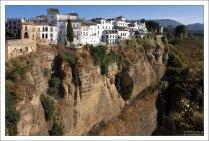 Белые домики, прилепившиеся к самому краю ущелья Тахо-де-Ронда. Ронда, Андалузия, Испания.