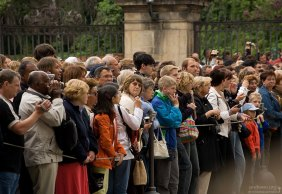 Туристы с фотоаппаратами и камерами наизготовку.