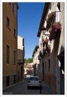 Атрибуты современной жизни в старинном квартале. Сеговия, Испания.